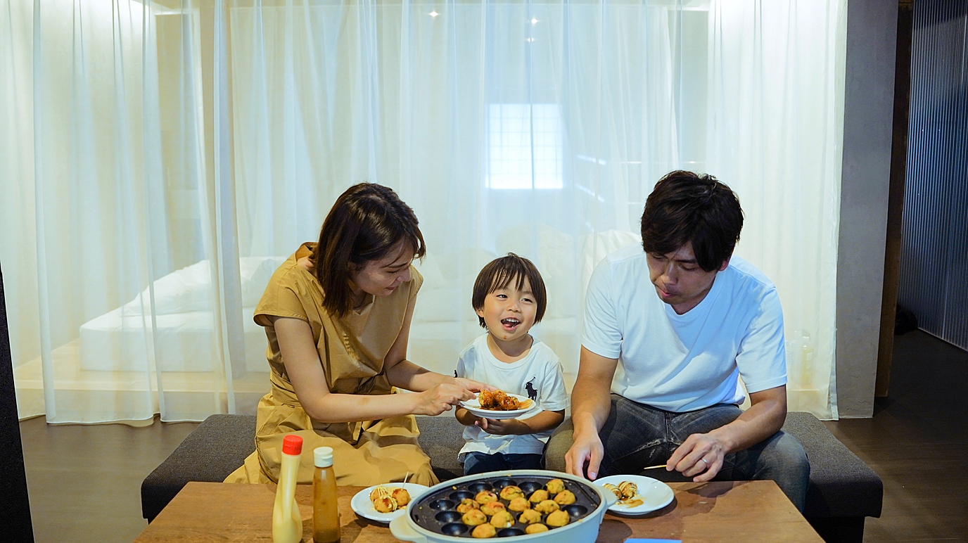 For families: Enjoying Osaka culture with a takoyaki Workshop and an original toy